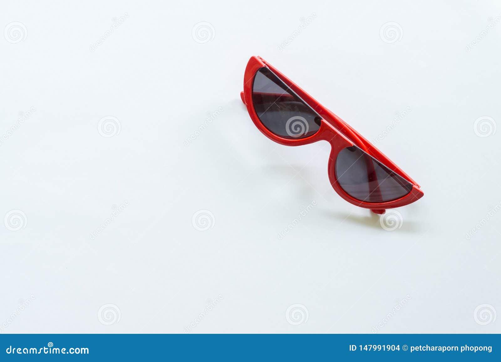 Czerwoni okulary przeciws?oneczni na bia?ym tle