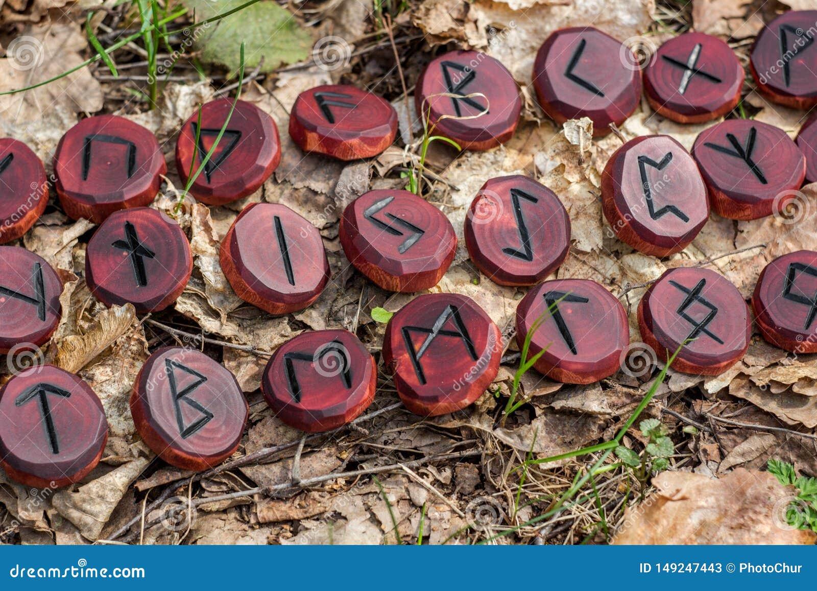 Czerwoni runes rzeźbiący od drewna