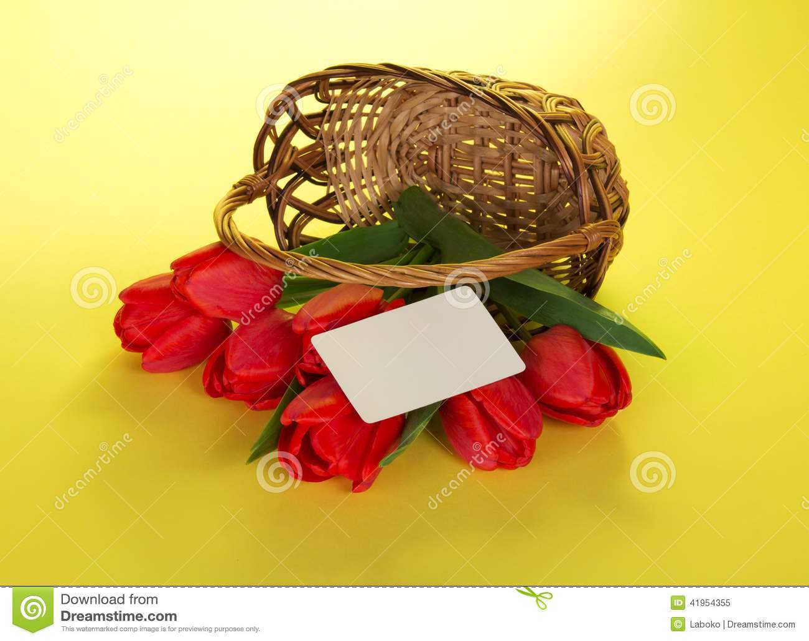 Czerwoni tulipany które opuszczali z kosza