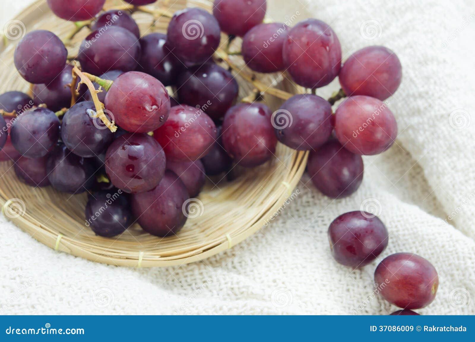 Download Czerwoni winogrona obraz stock. Obraz złożonej z kosz - 37086009