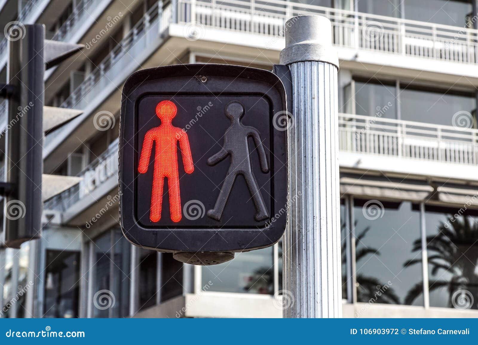 Czerwony światła ruchu dla pedestrians na ulicie,
