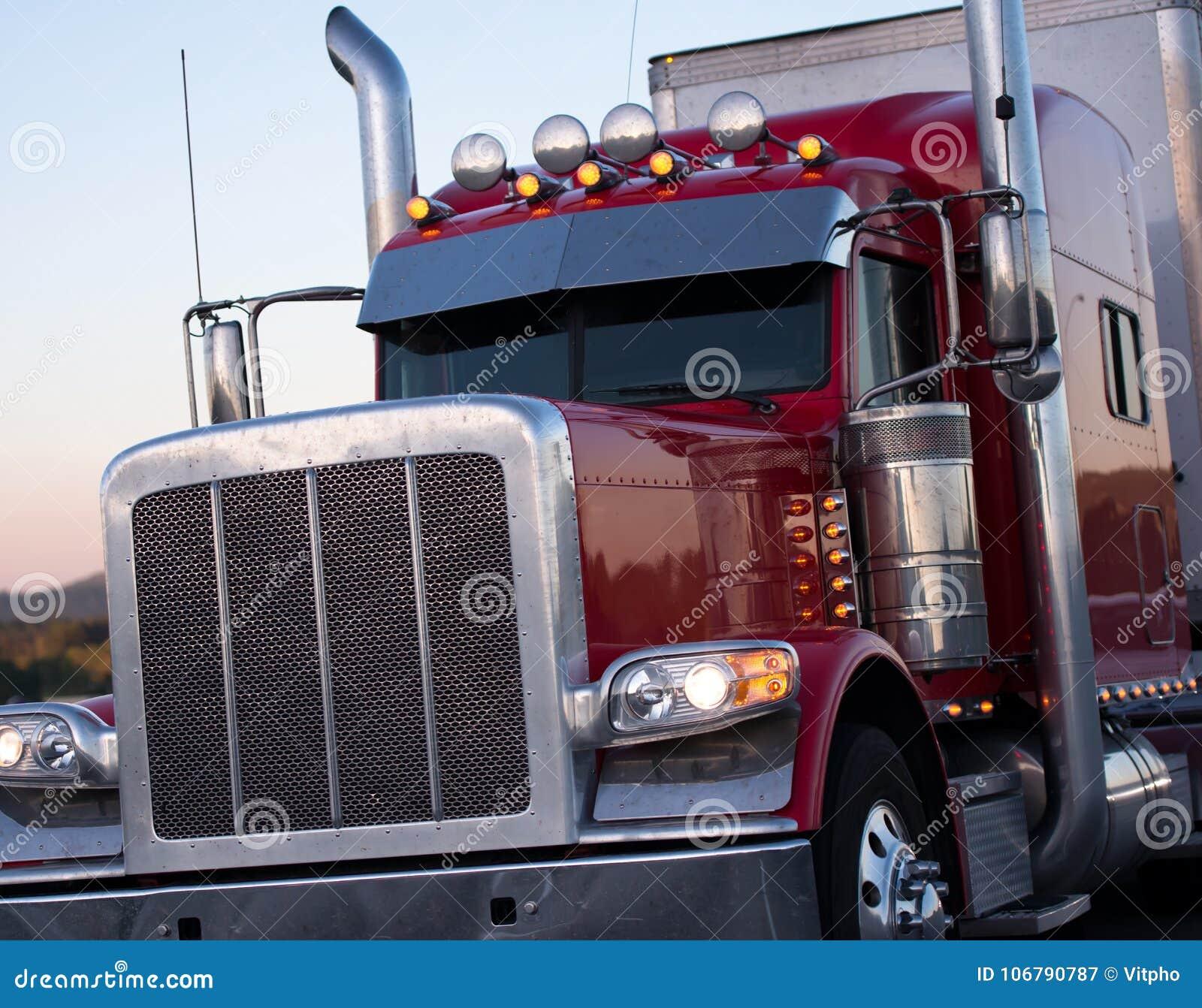Czerwony Amerykański dalekiego zasięgu takielunku semi duża ciężarówka z akcesoriami