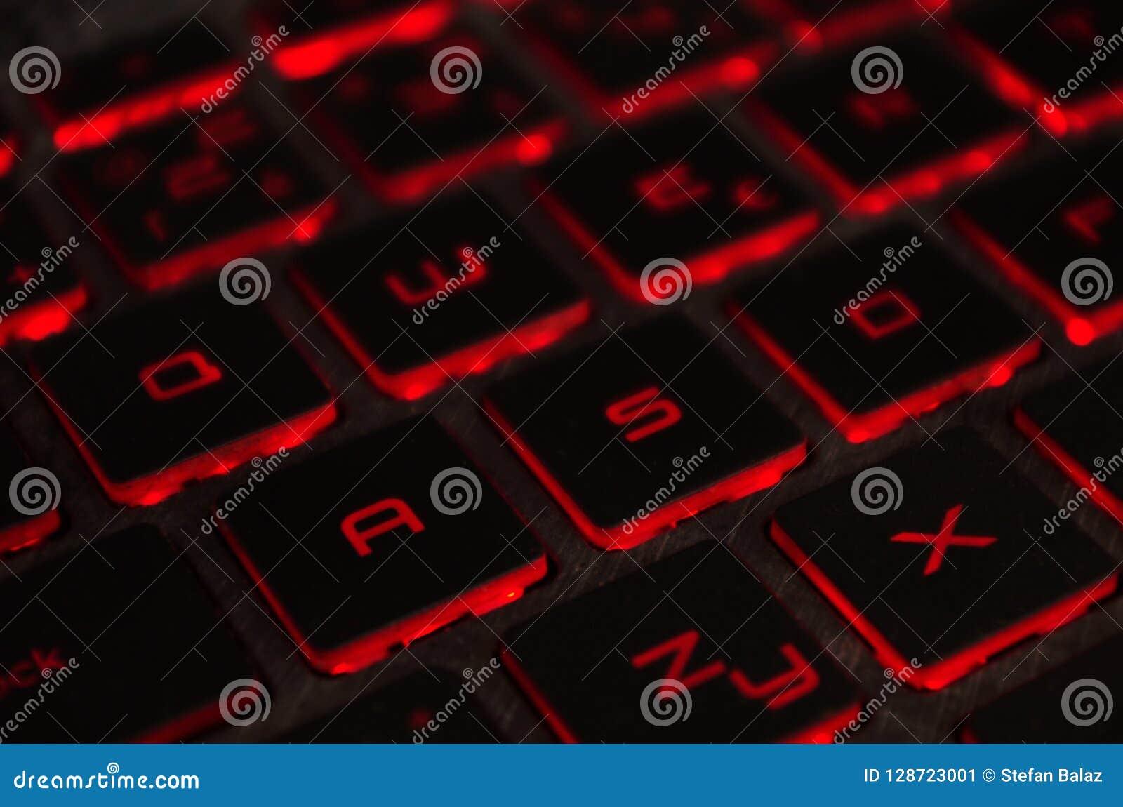 Czerwony backlight, backlit na laptopie lub keyborad komputerze hazard w zmroku Komputerowa laptop klawiatura z czerwonym ciemnym