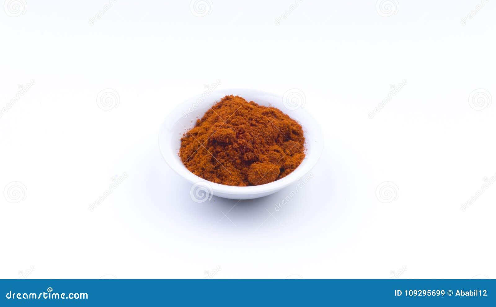Czerwony Chłodny proszek w pucharze na białym tle Selekcyjnej ostrości i uprawy czerep