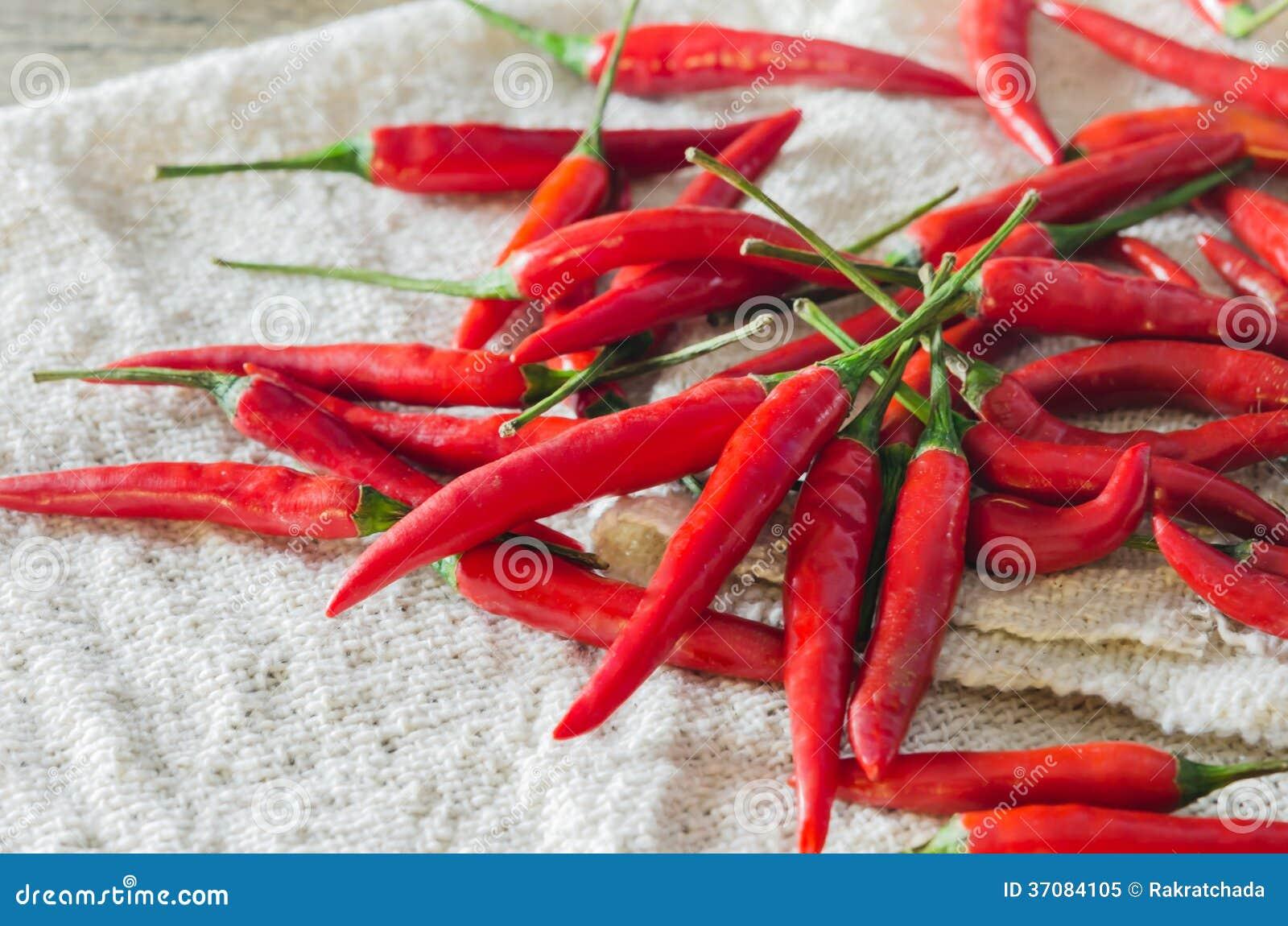 Download Czerwony chili obraz stock. Obraz złożonej z świeży, drewniany - 37084105
