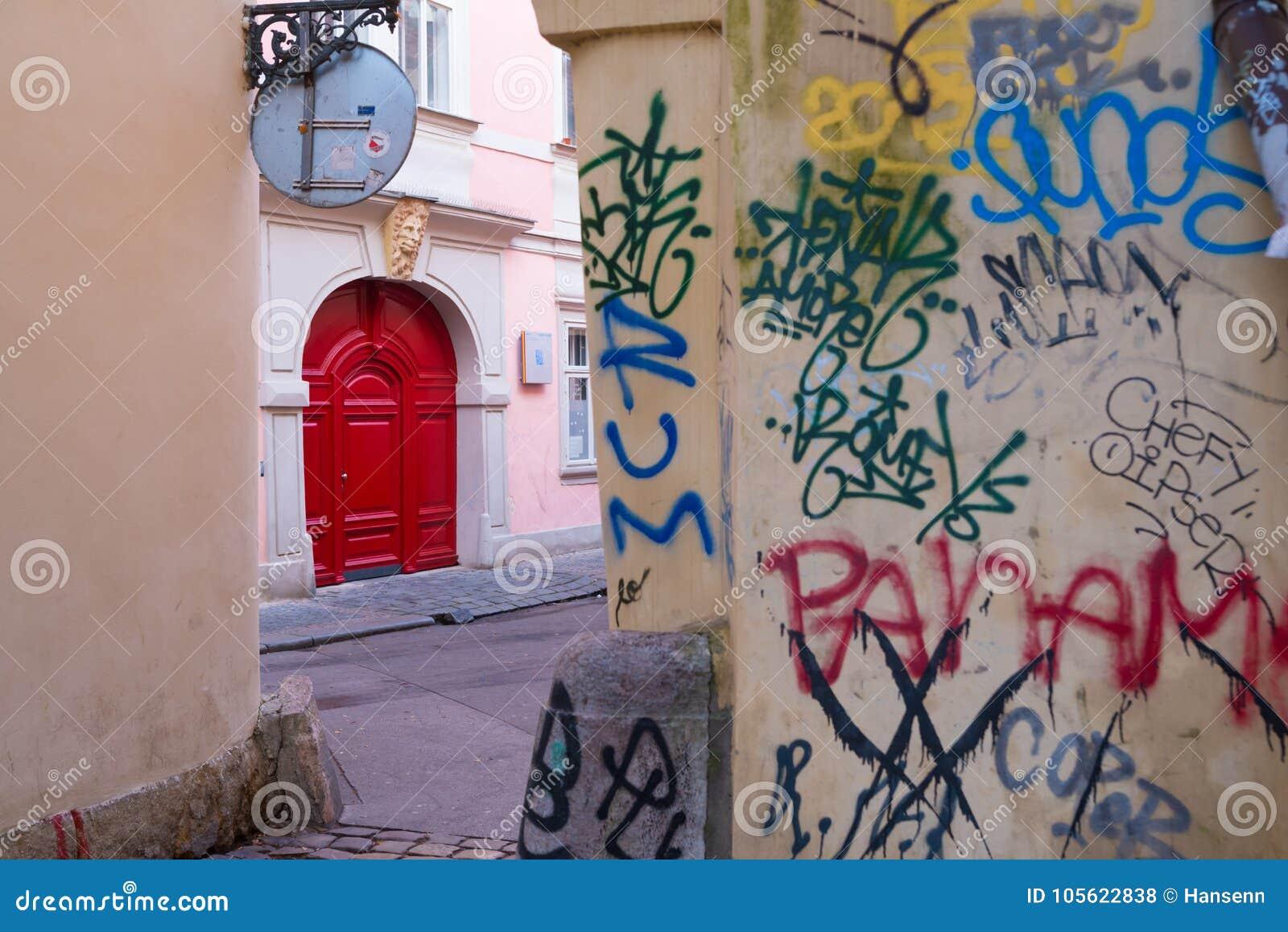 Czerwony drzwi w Prague