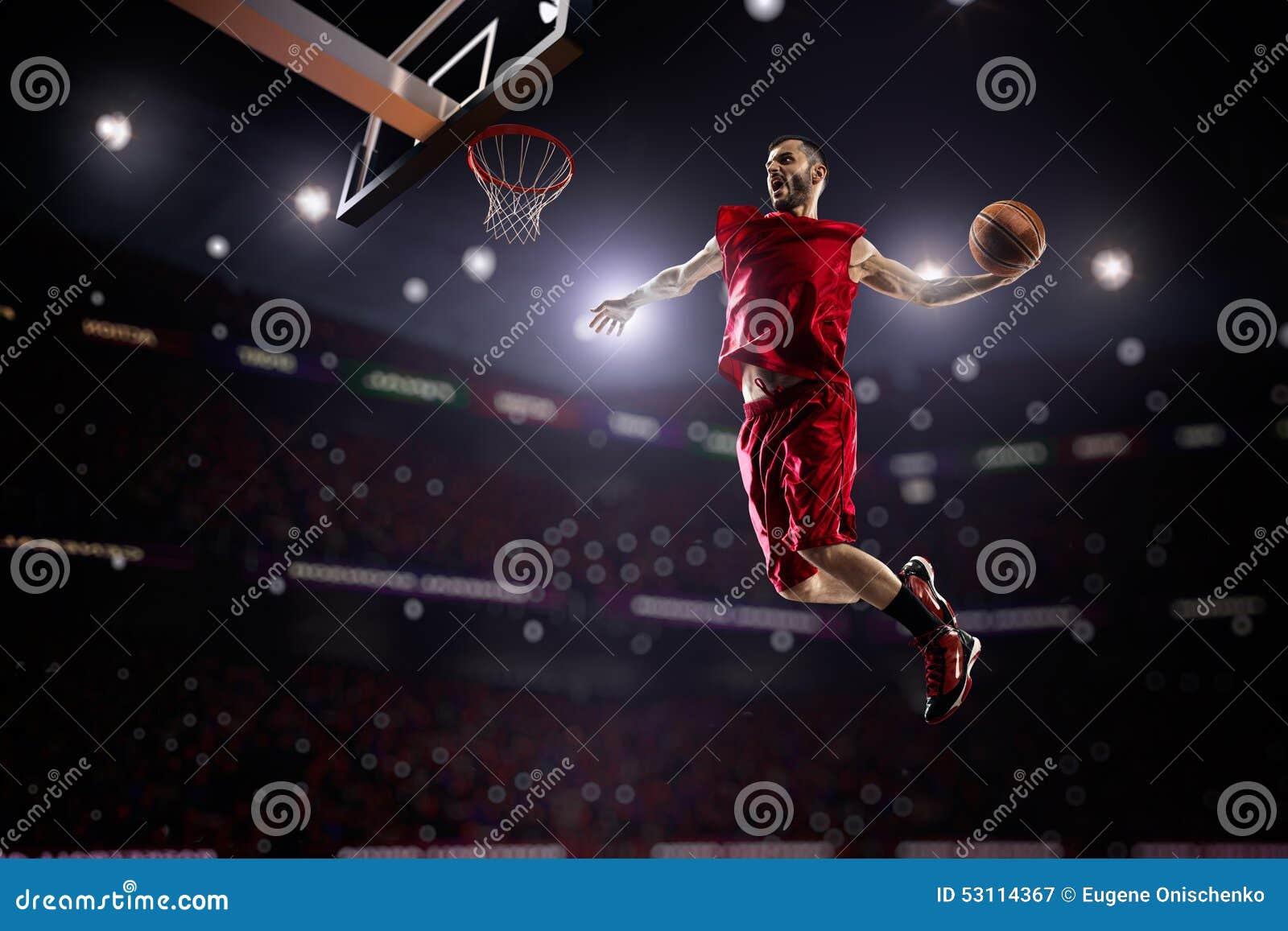 Czerwony gracz koszykówki w akci