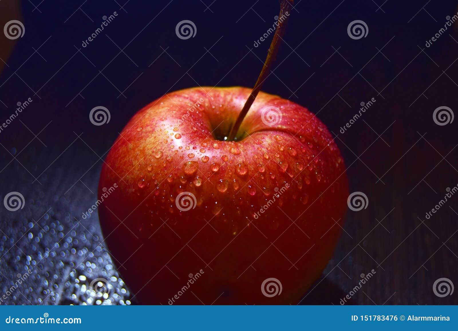 Czerwony jabłko na czarnym tle zamkniętym w górę