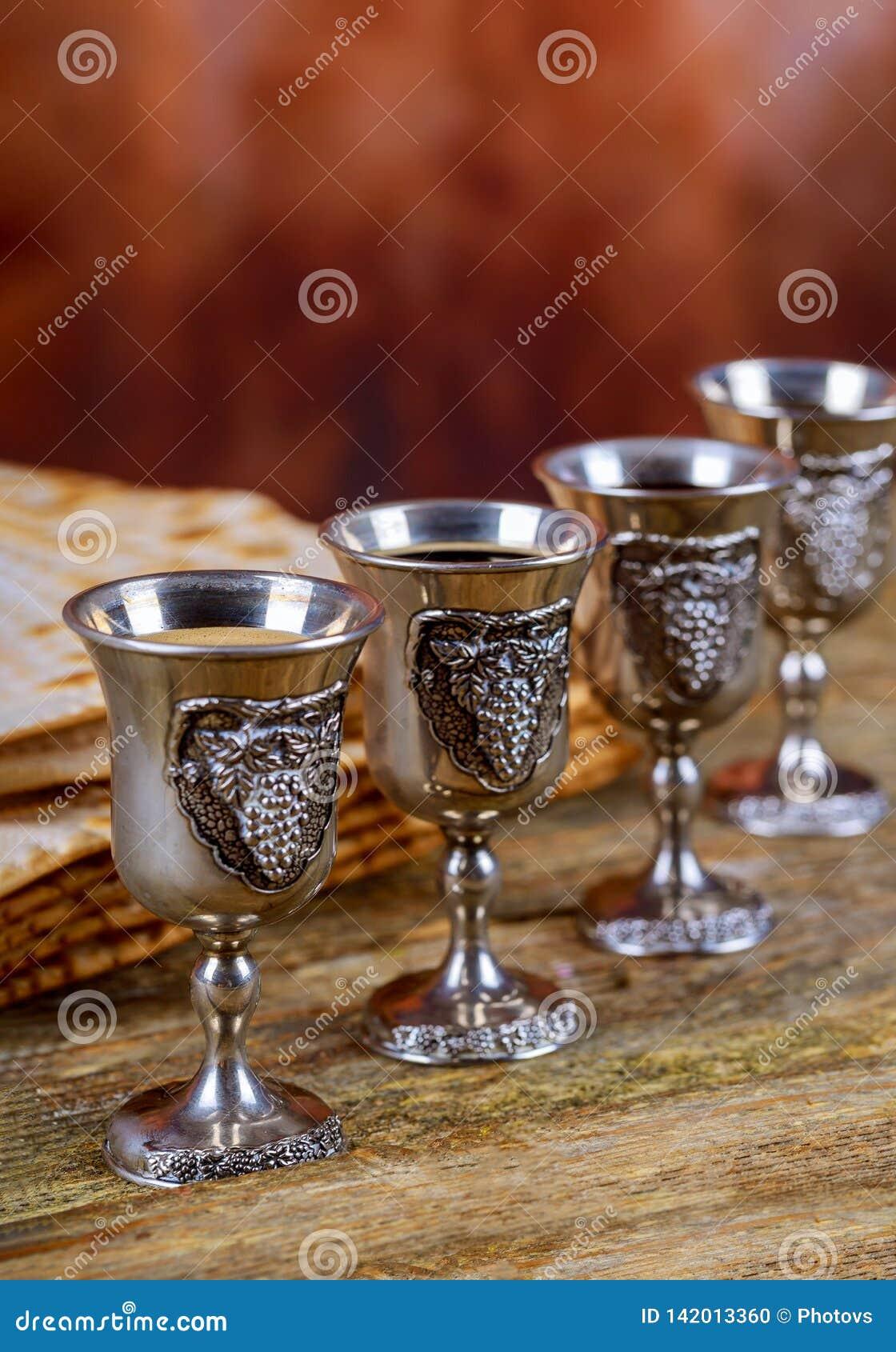 Czerwony koszerny wino cztery matzah lub matza Passover hagada