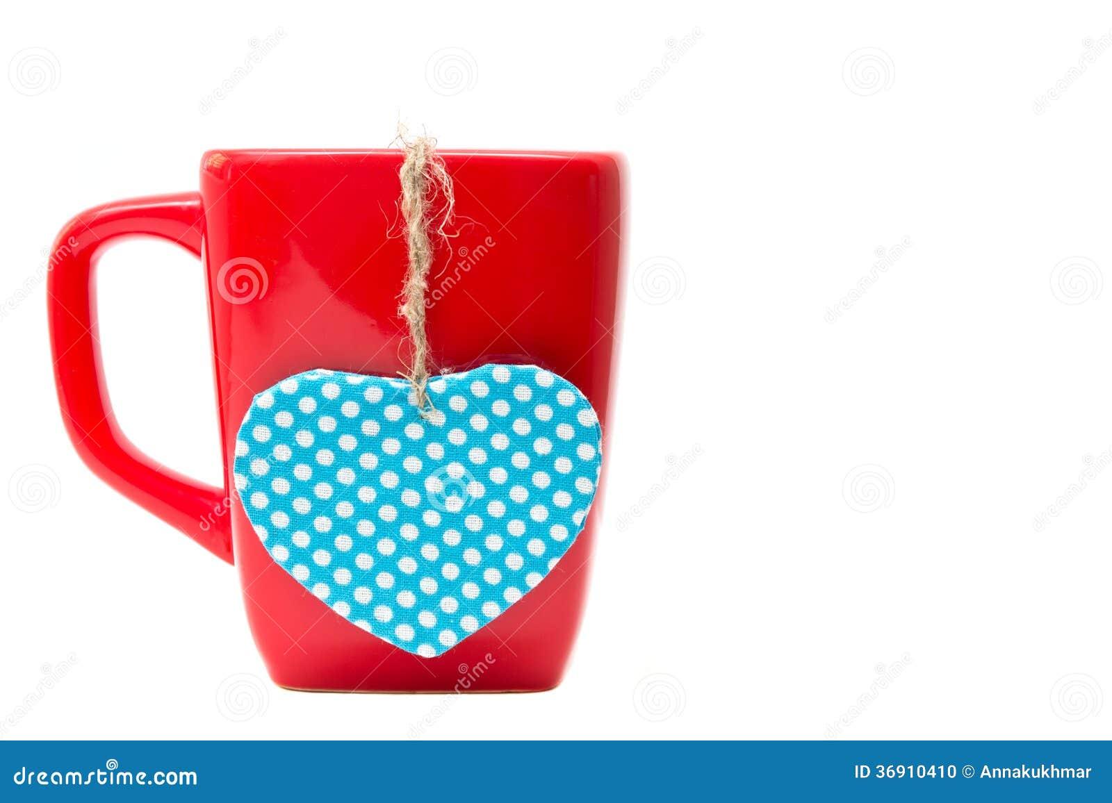 Czerwony kubek z kierowym kształtem odizolowywającym na białym tle