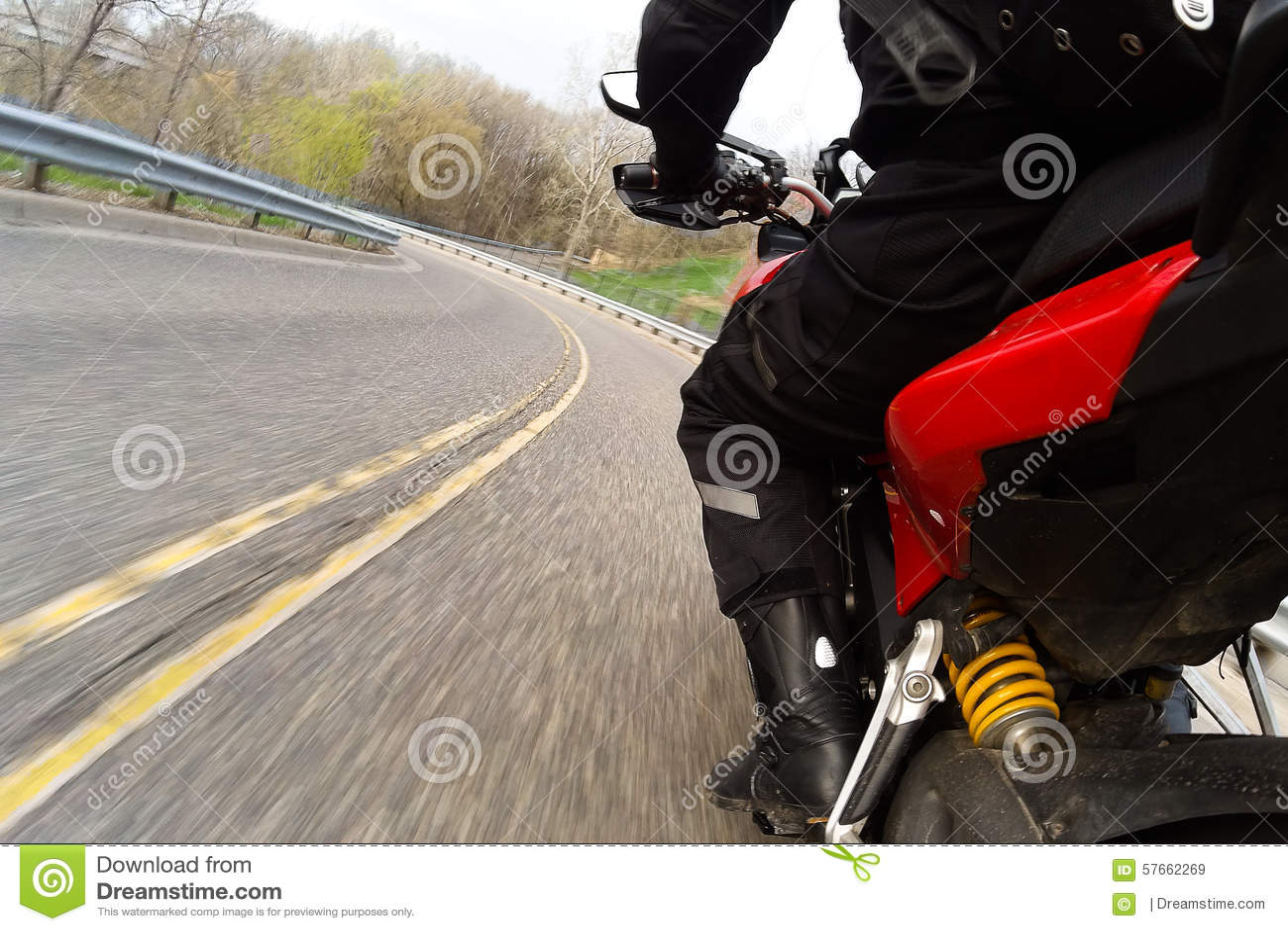 Czerwony motocyklu kręcenie
