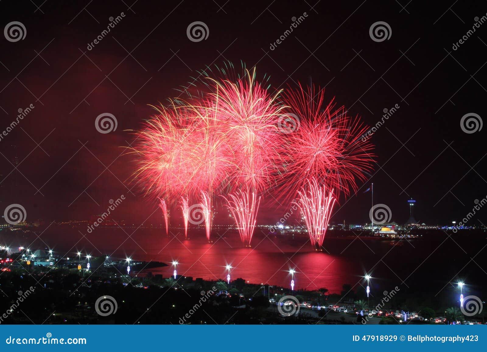 Czerwony nabrzeżny fajerwerku pokaz