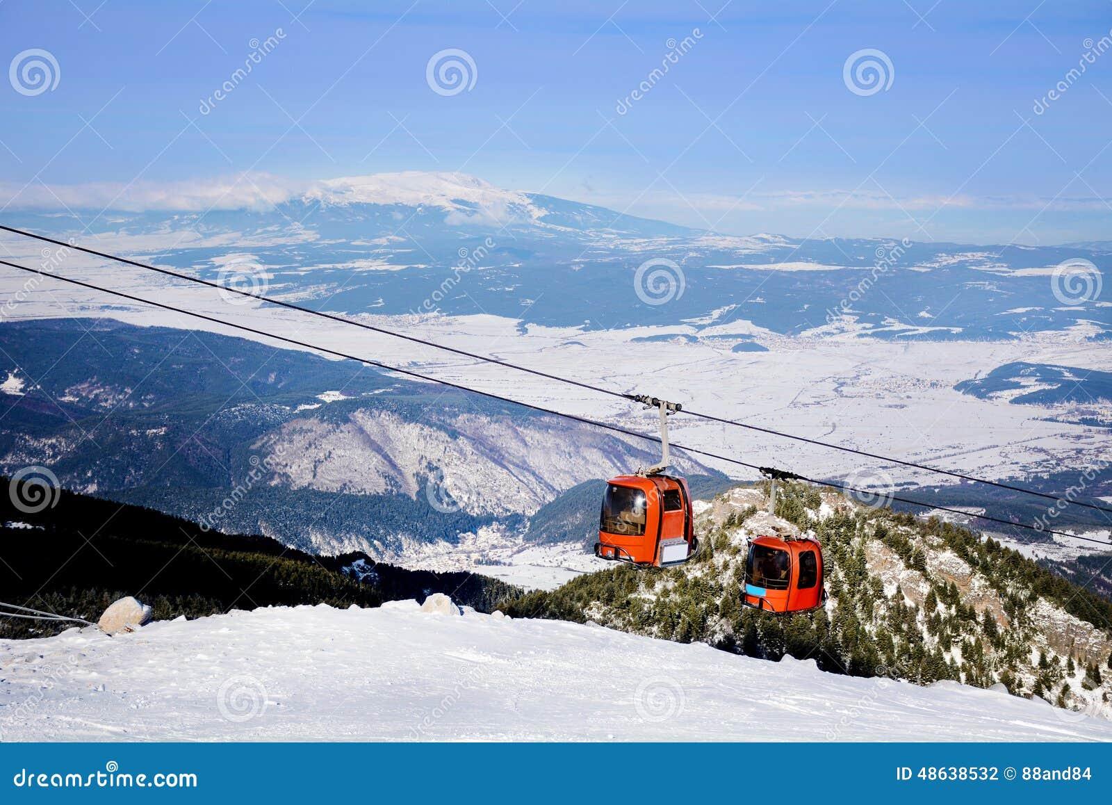 Czerwony narciarski dźwignięcie w ośrodku narciarskim Borovets w Bułgaria Piękny zimy landscape