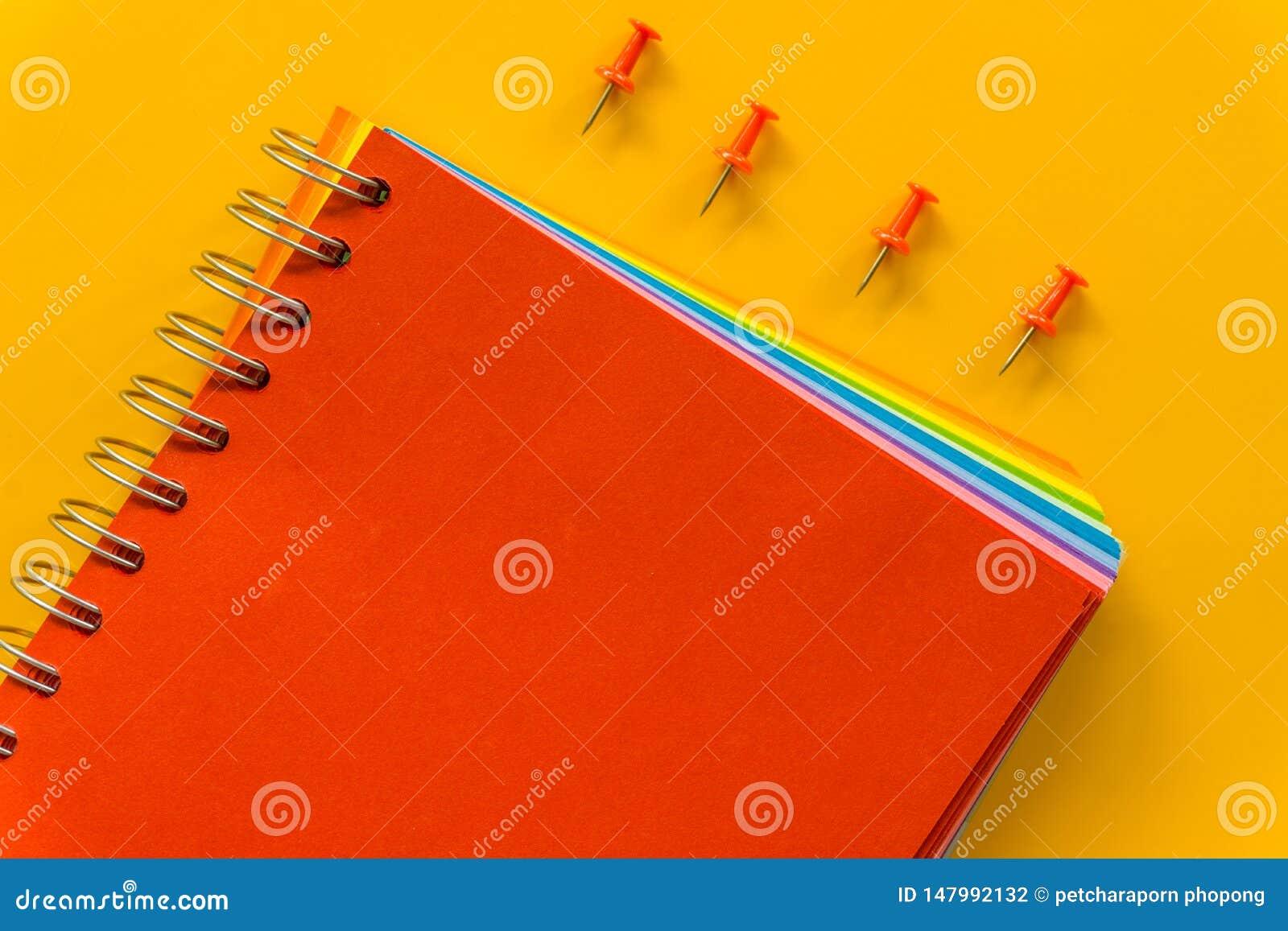 Czerwony notatnik na ?