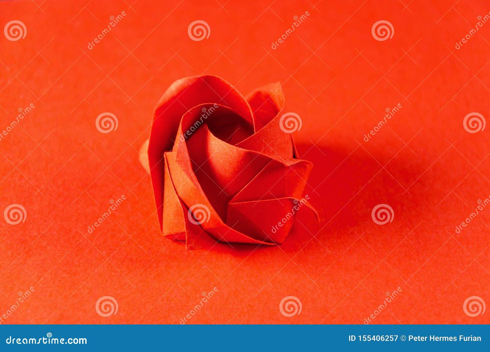 Czerwony origami wzrastał na czerwonym tle