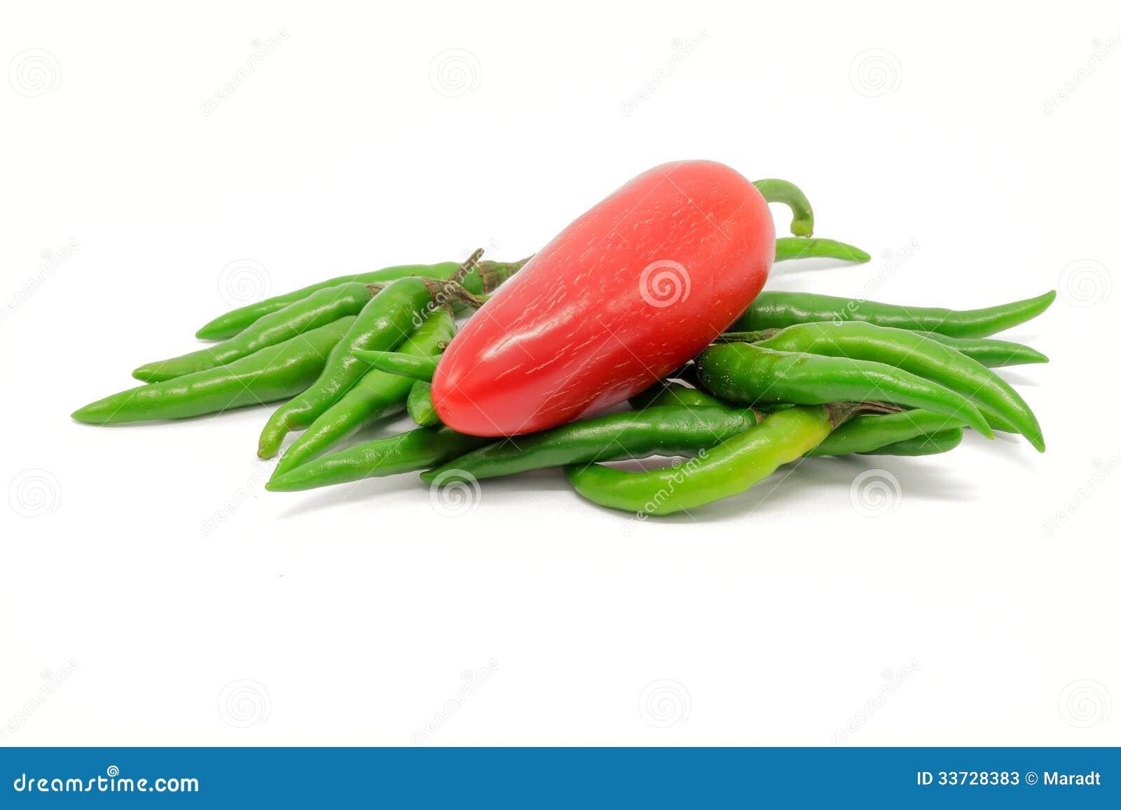 Czerwony pieprz na stosie zieleni pieprze