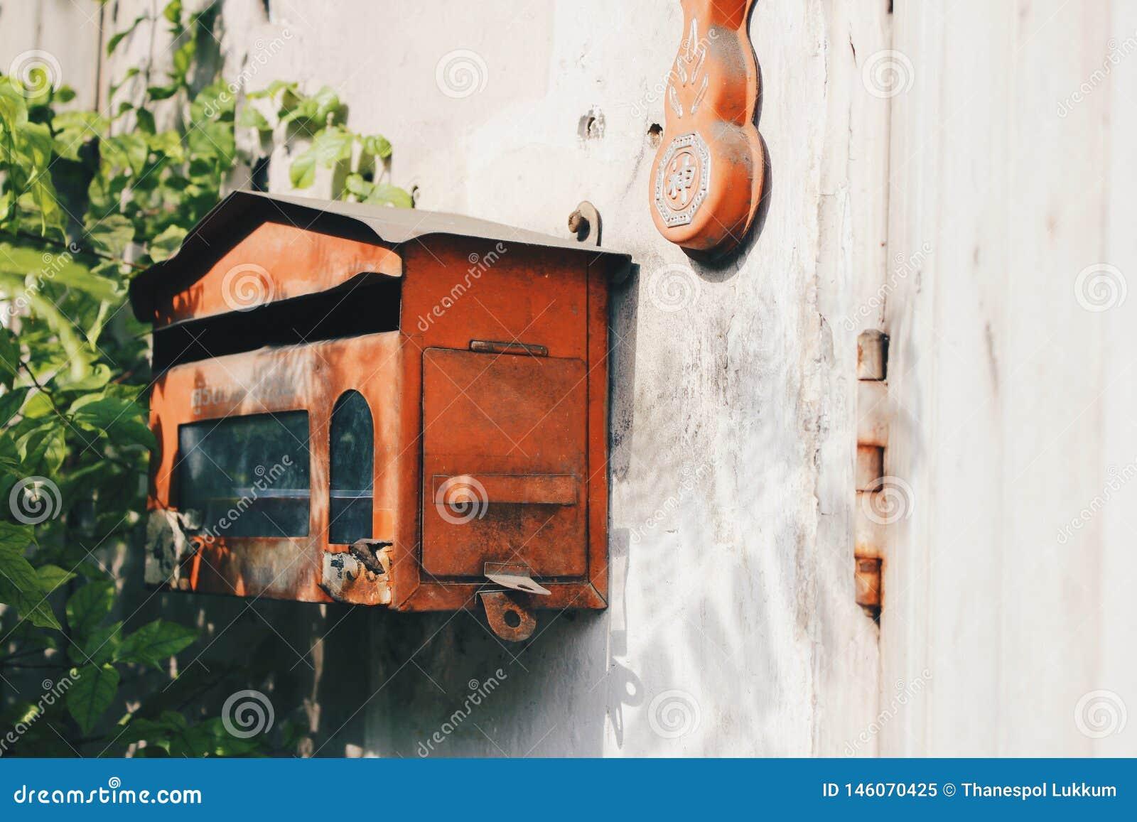 Czerwony poczty pudełko na brudnej ścianie