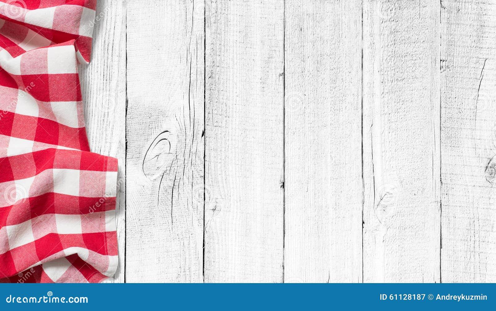 Czerwony pykniczny tablecloth na białym drewno stole