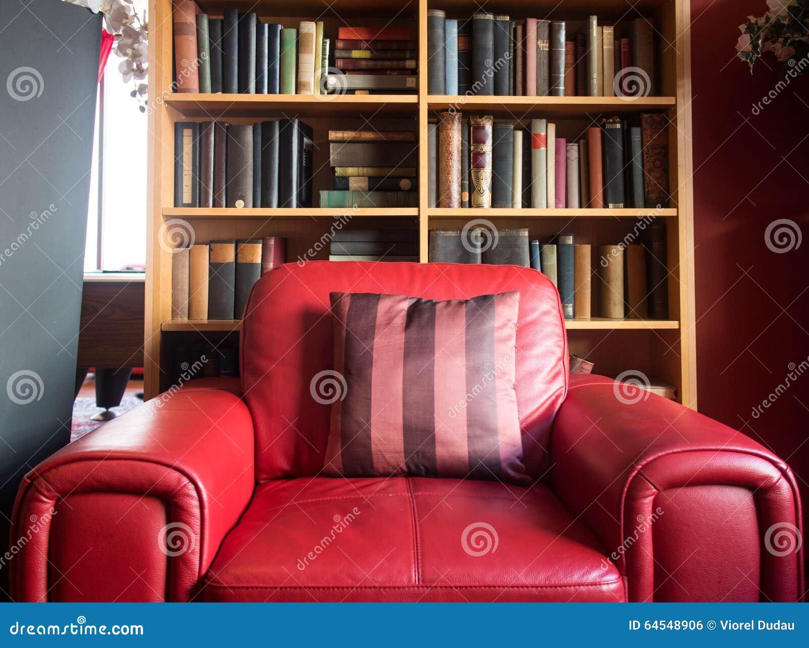 Czerwony rzemienny czytelniczy krzesło