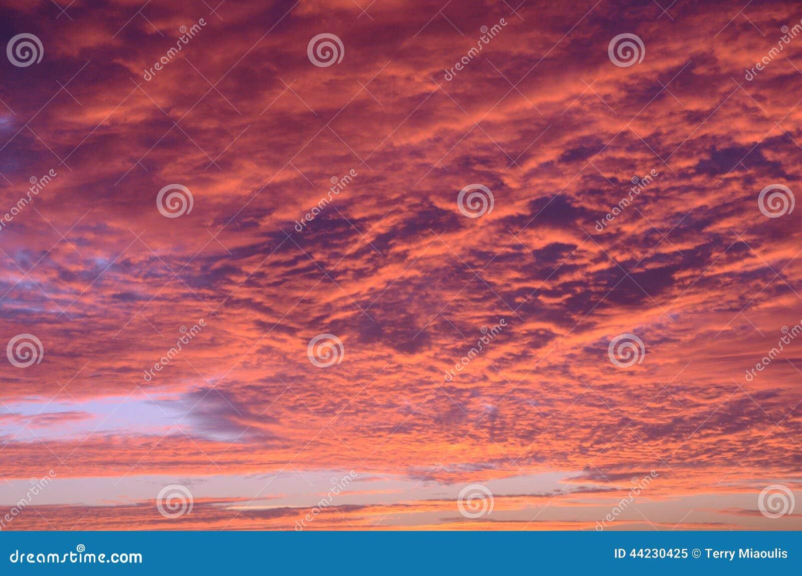 Czerwony słońce przeciw chmurom
