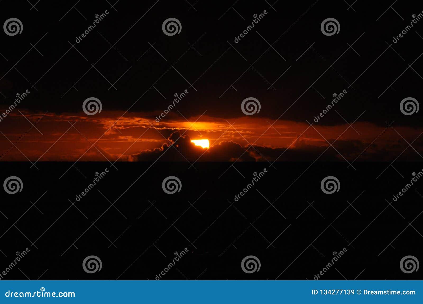 Czerwony słońce w chmurach