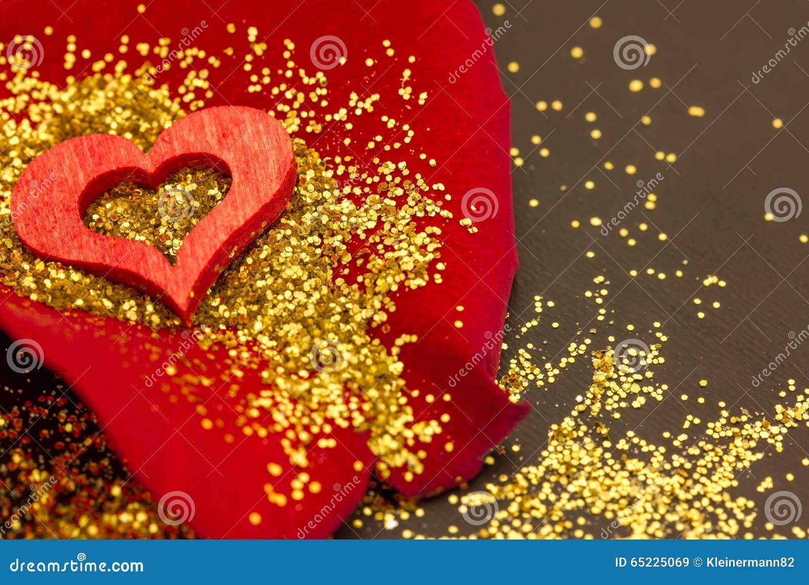 Czerwony serce na róża płatku