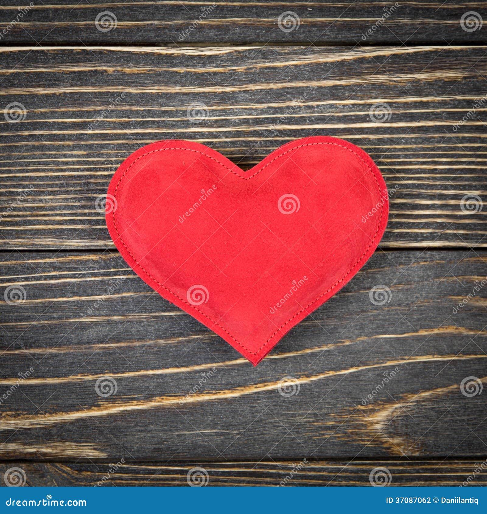 Download Czerwony Serce Na Starym Drewnianym Tle Zdjęcie Stock - Obraz złożonej z odosobniony, jaskrawy: 37087062