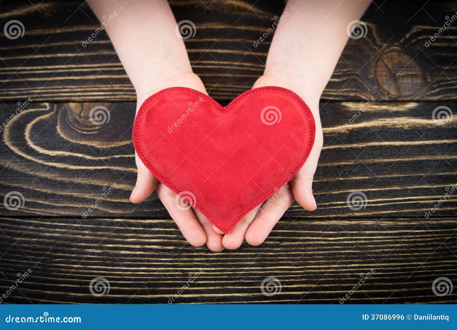 Download Czerwony Serce W Children Rękach Zdjęcie Stock - Obraz złożonej z odosobniony, życie: 37086996