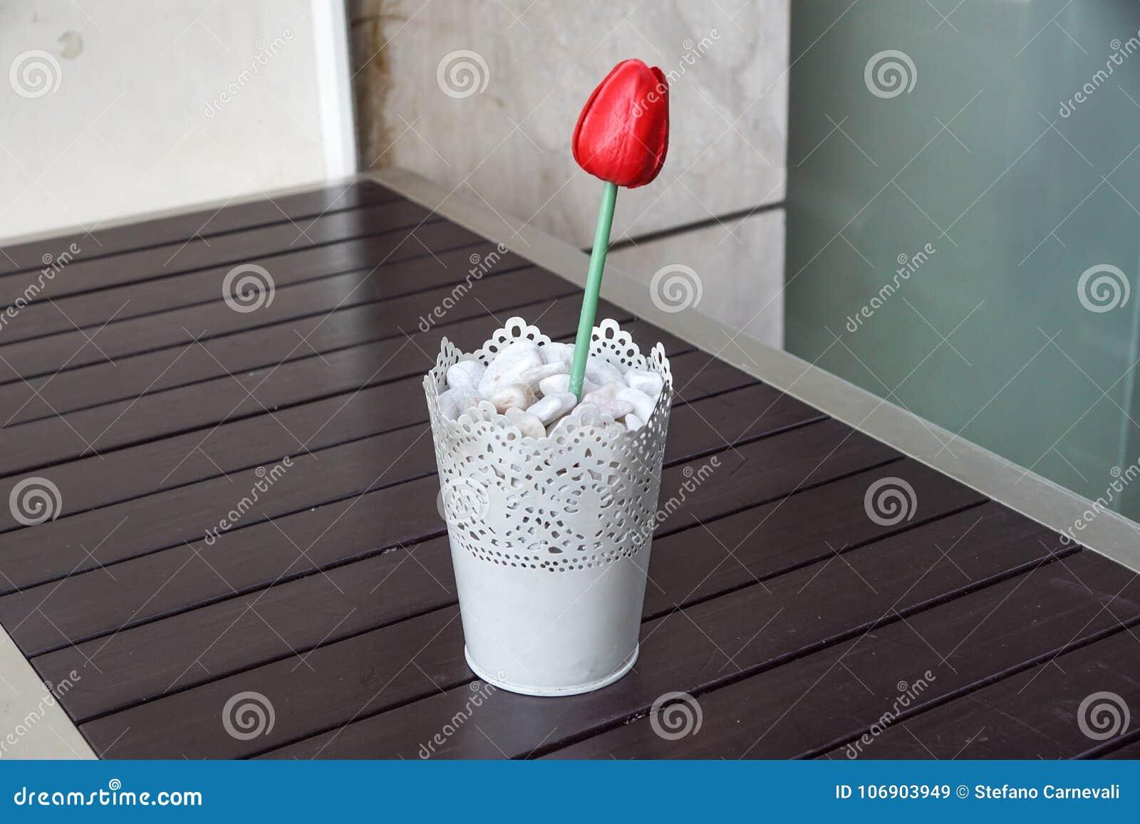 Czerwony Siam tulipanowy kwiat w wazie na drewno stole dla dekoraci i wnętrza