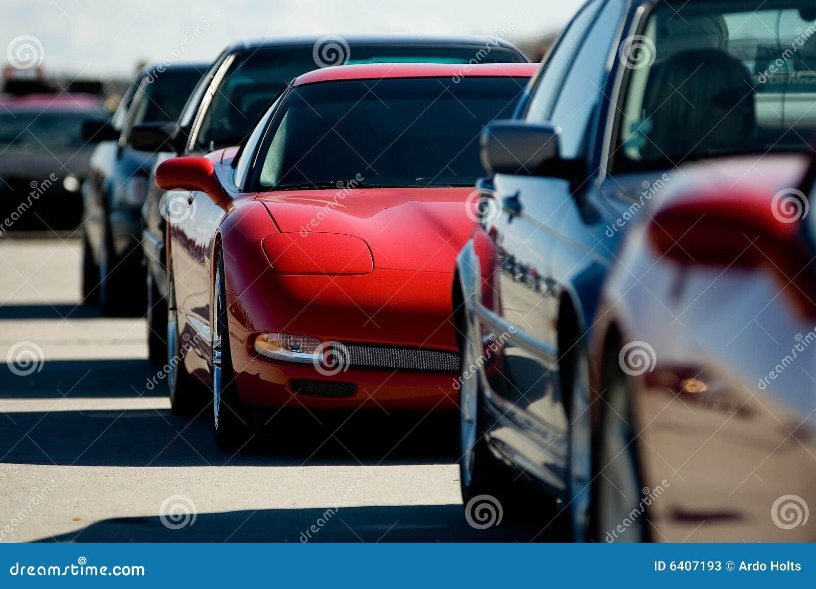 Czerwony sportowy samochód dżemu ruchu