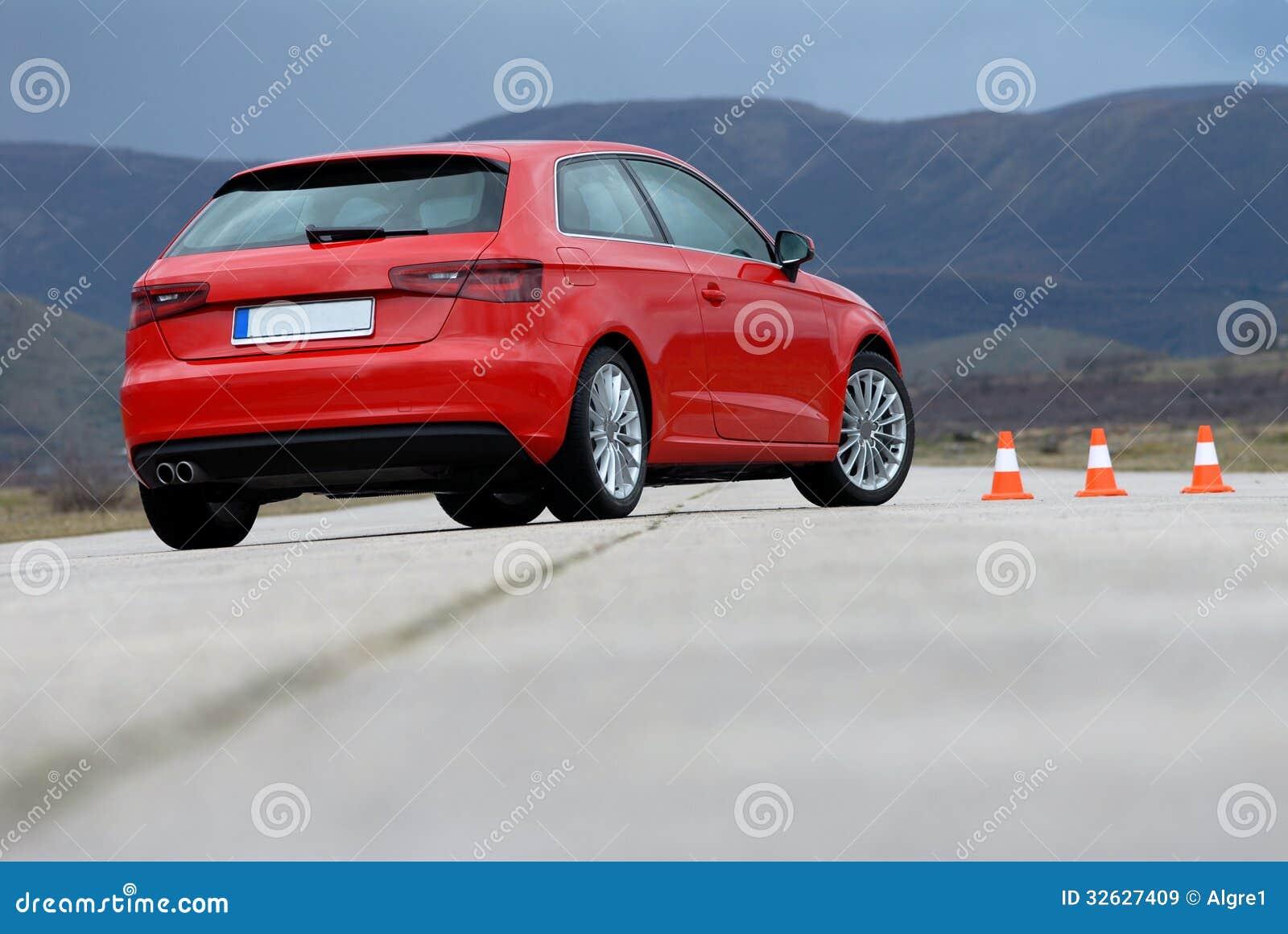 Czerwony sportowy samochód i rożki