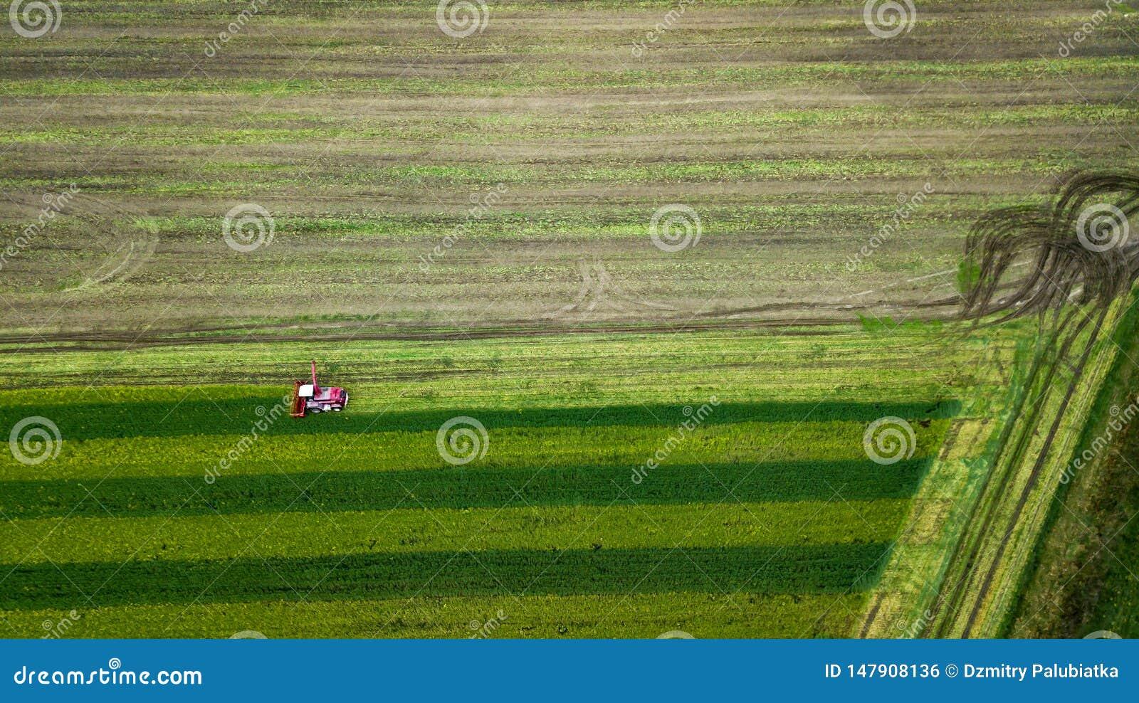 Czerwony syndykat na rolnego pola powietrznej fotografii