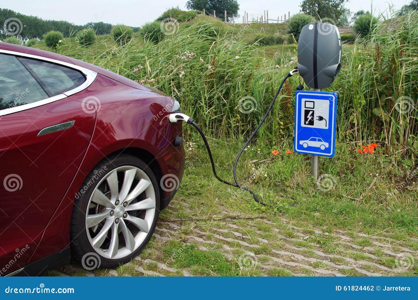 Czerwony Tesla model S ładuje