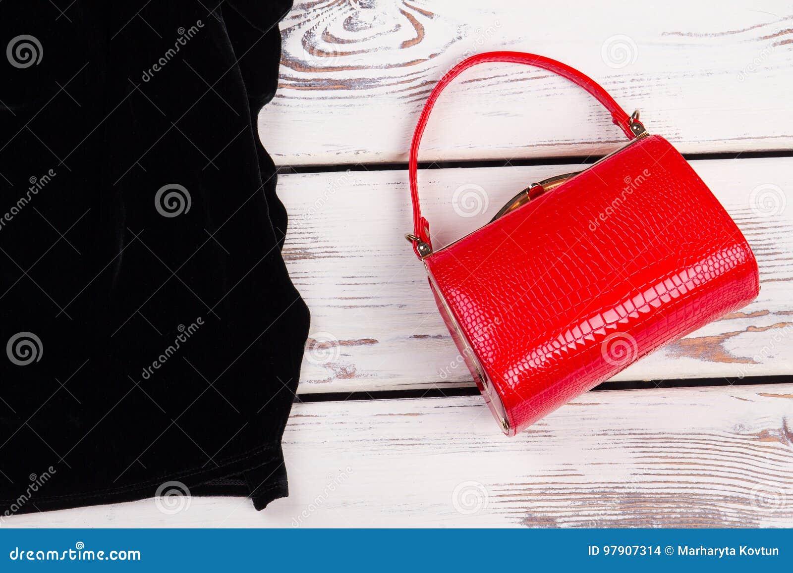Czerwony torebki sprzęgło, czerni ubrania