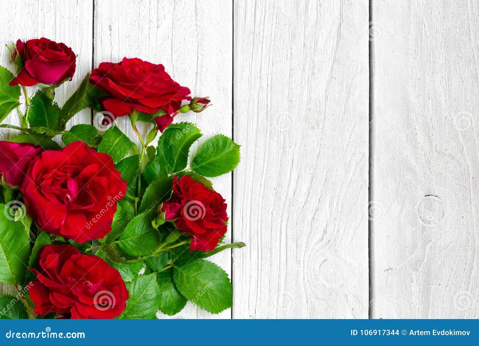 Czerwonych róż bukiet nad białym drewnianym stołem valentines dnia lub kobieta dnia tło