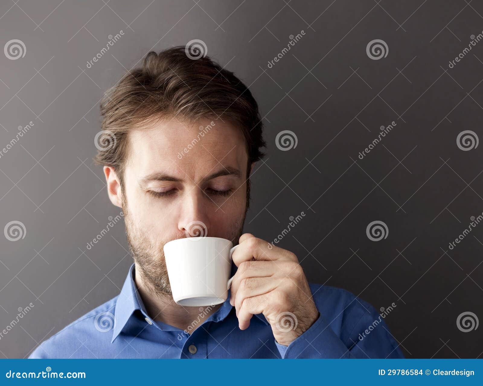 Czterdzieści lat urzędnika śpiącego mężczyzna ranku pije kawa