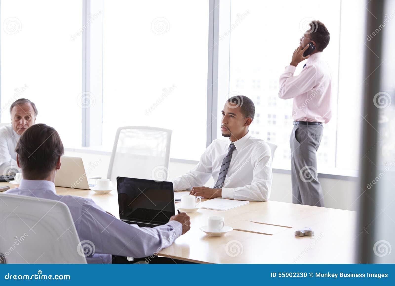 Cztery biznesmena Ma spotkania Wokoło sala posiedzeń stołu