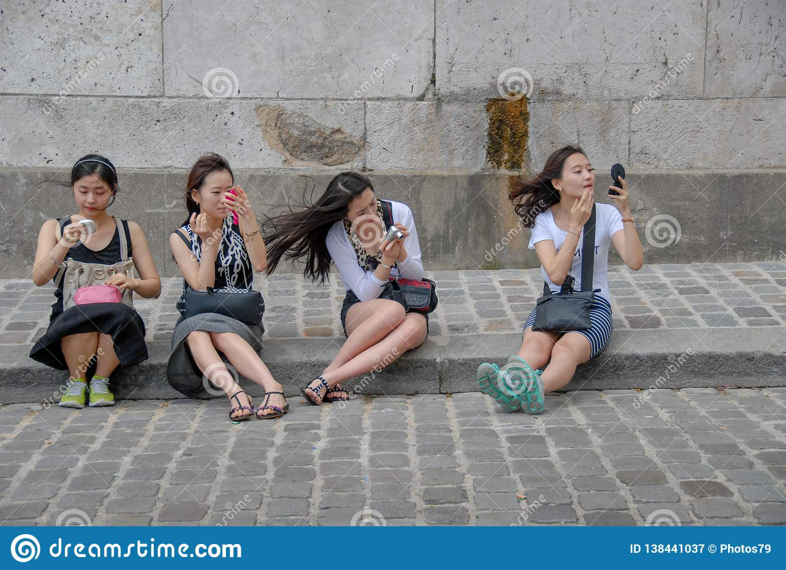 Cztery chińskiej kobiety stosuje makijaż