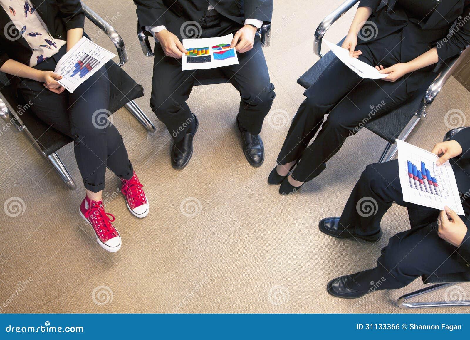 Cztery coworkers trzyma biznesowego spotkania, wysokiego kąta widok