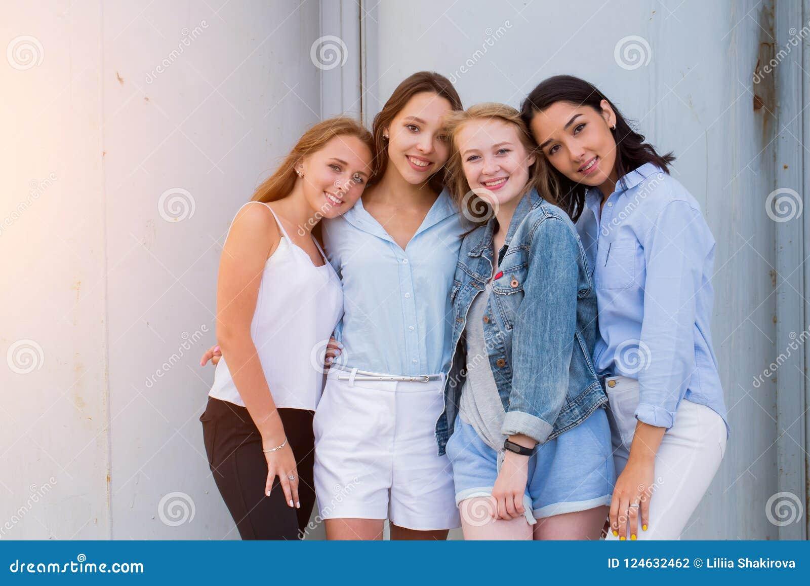 Cztery dziewczyny patrzeje kamerę wpólnie ludzie, styl życia, przyjaźń, powołania pojęcie