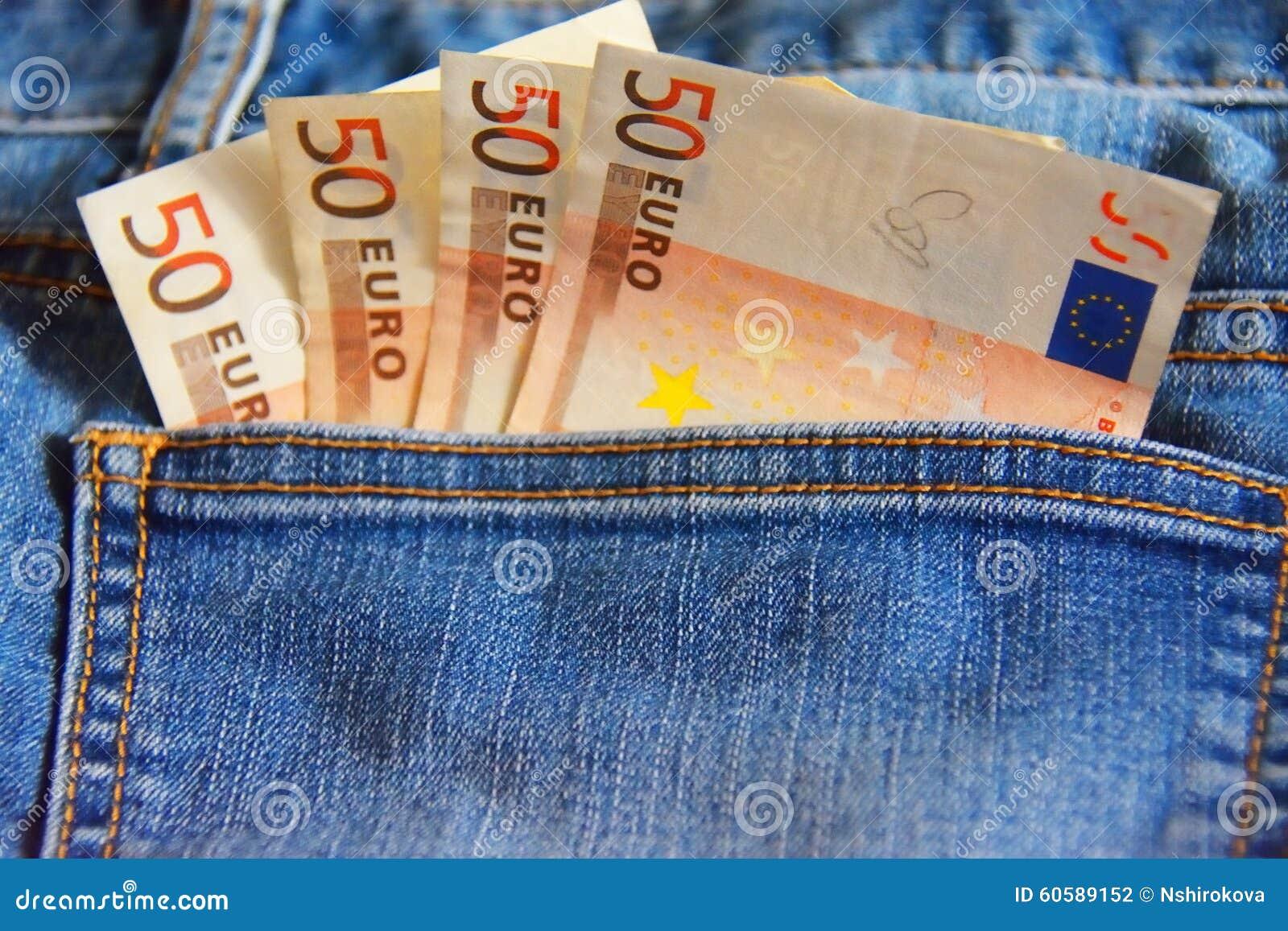 Cztery notatki 50 euro w kieszeni niebiescy dżinsy