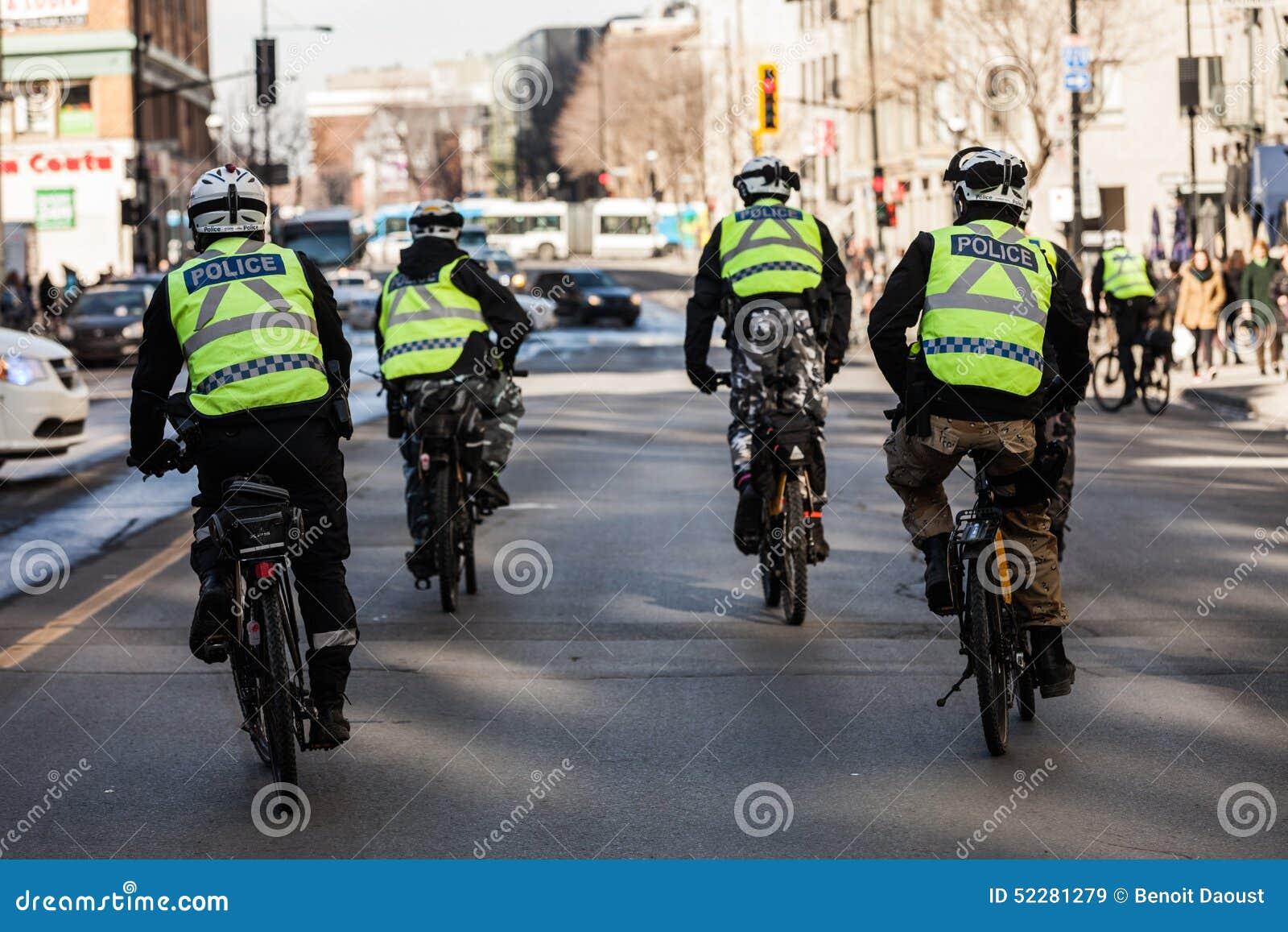 Cztery policjanta używa rower dla Szybkiego i łatwego chodzenia
