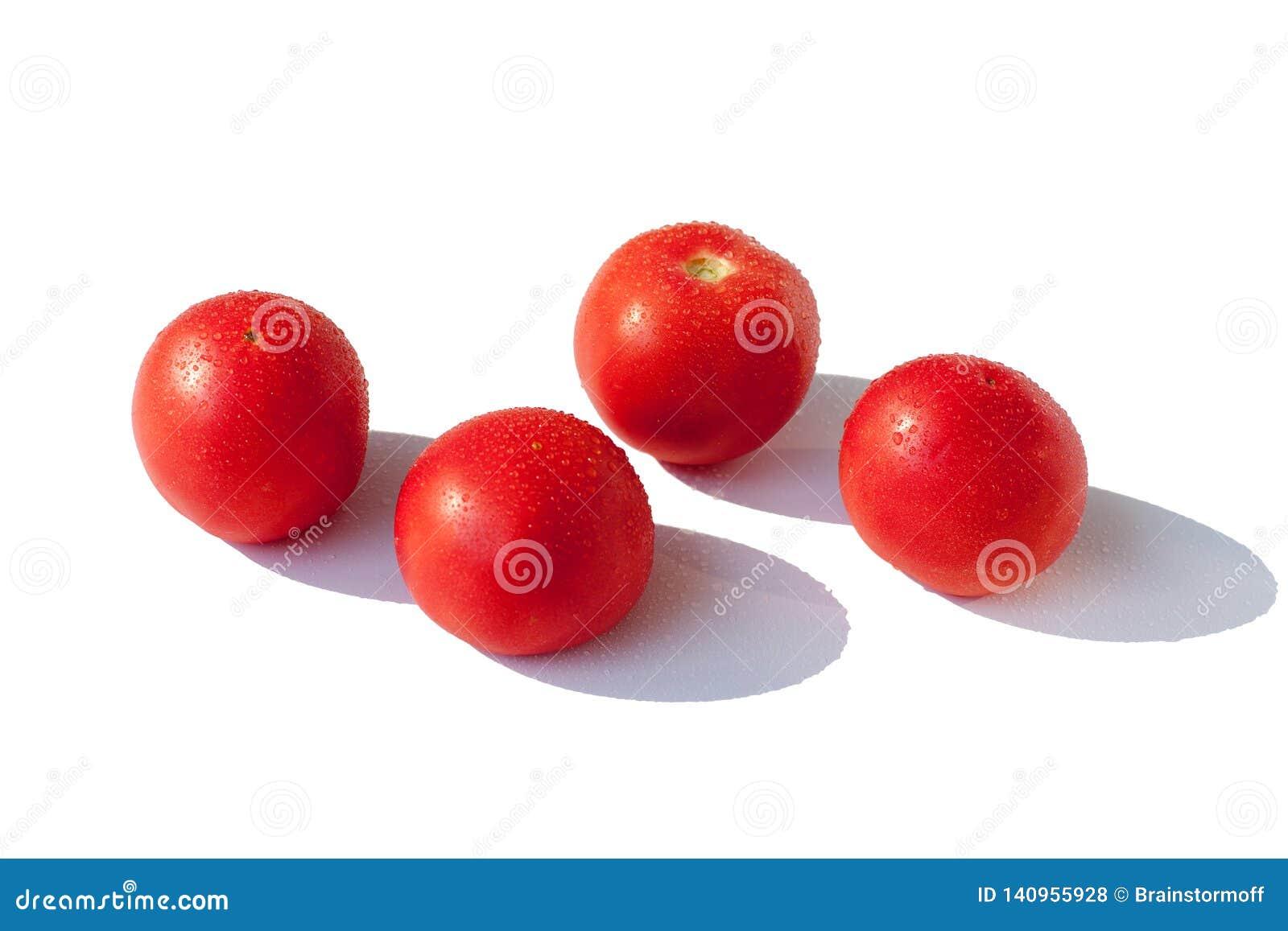 Cztery pomidoru czerwonego dużego świeży w wodnych kroplach na białym tle Odizolowywał odgórnego widoku zbliżenie
