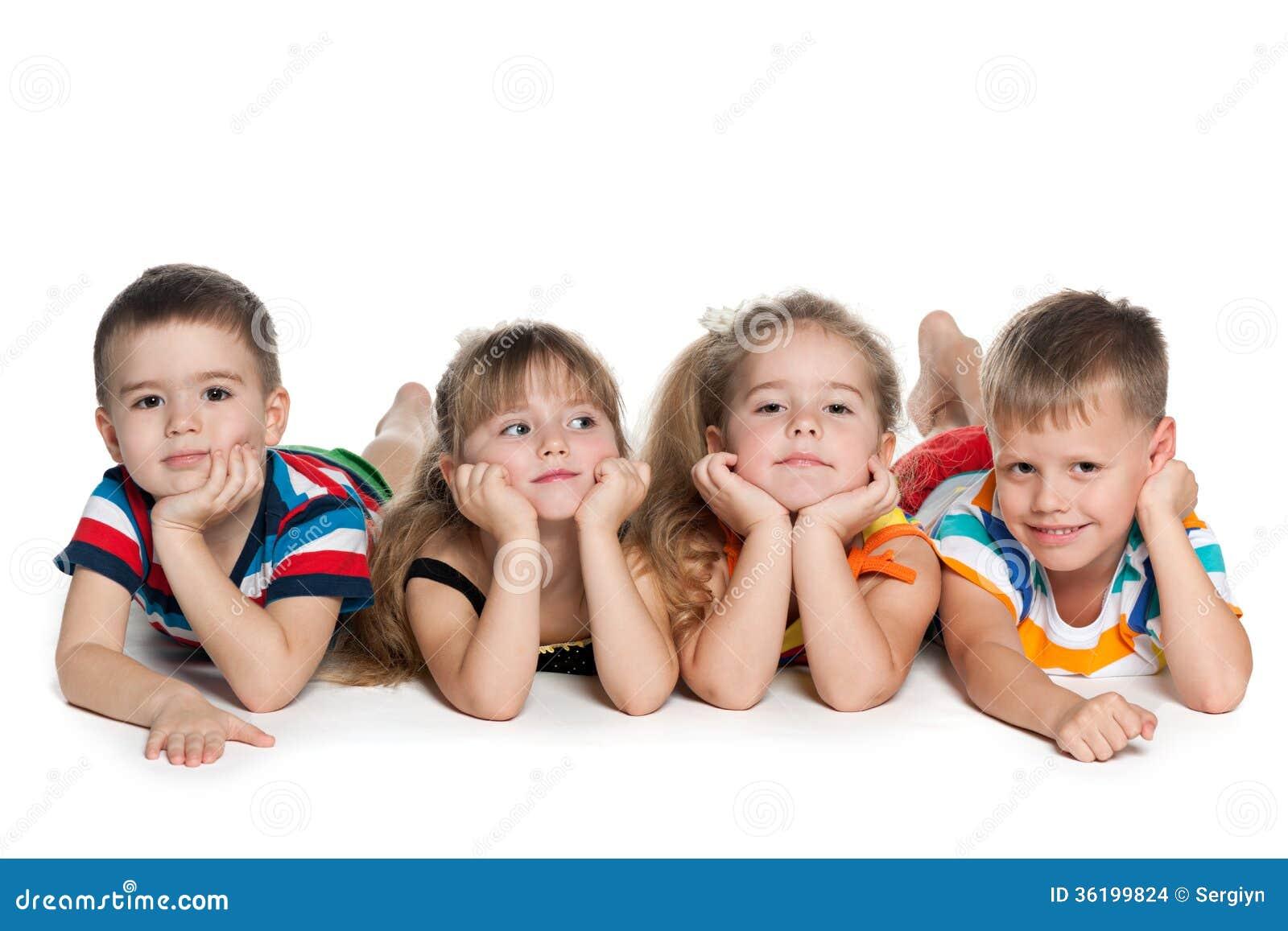 Cztery preschool dziecka na podłoga