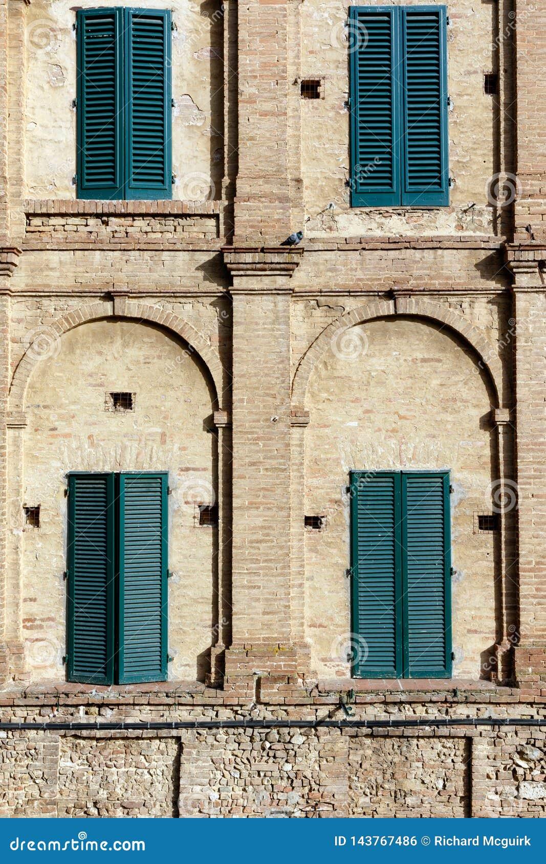Cztery zamykaj?cego okno w geometrycznej ?cianie z cegie?