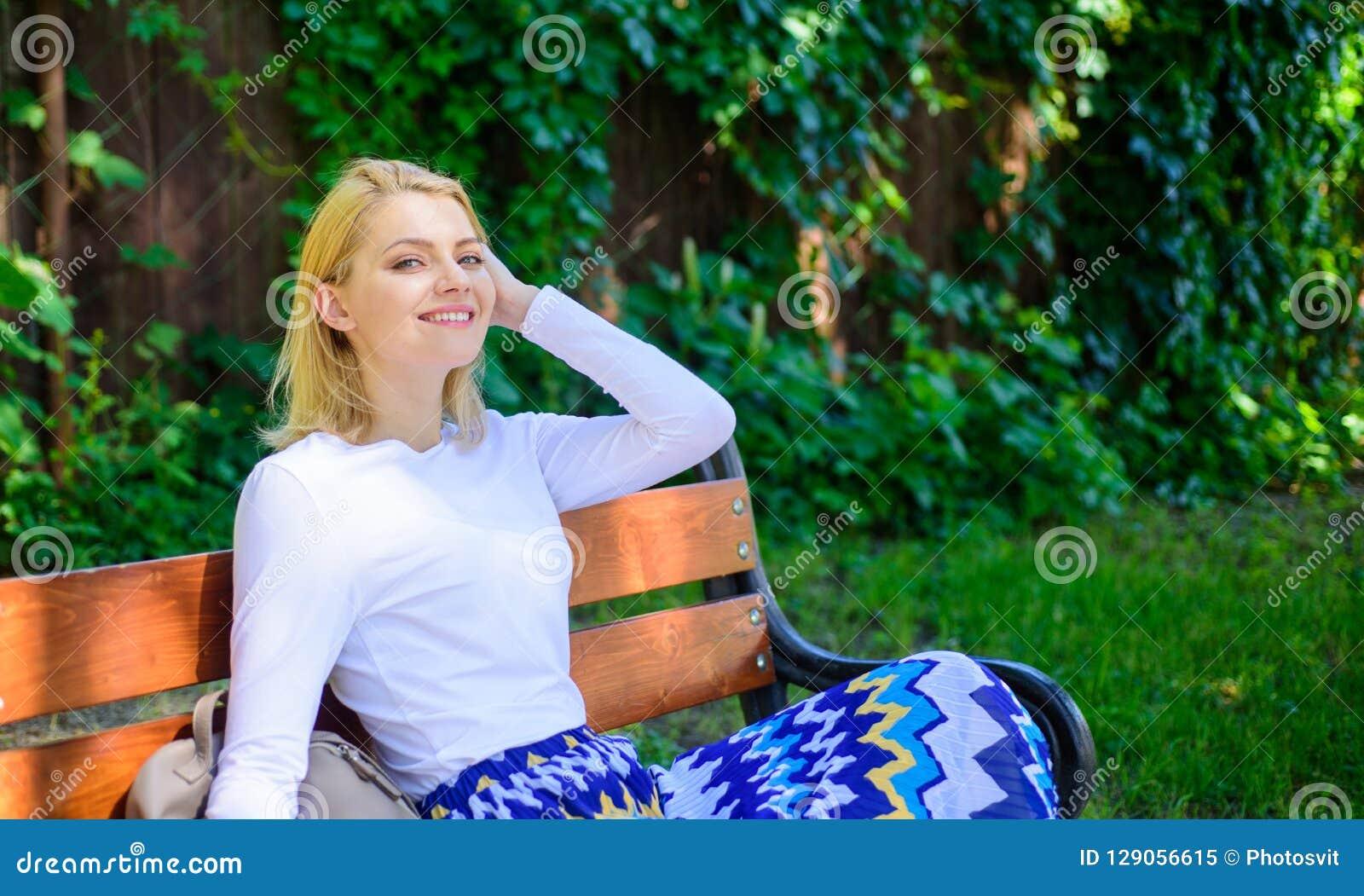 Czuć swobodnie i relaksujący Kobiety blondynki wp8lywy przerwa relaksuje w parku Dlaczego ty zasługujesz przerwę Sposoby ono dawa