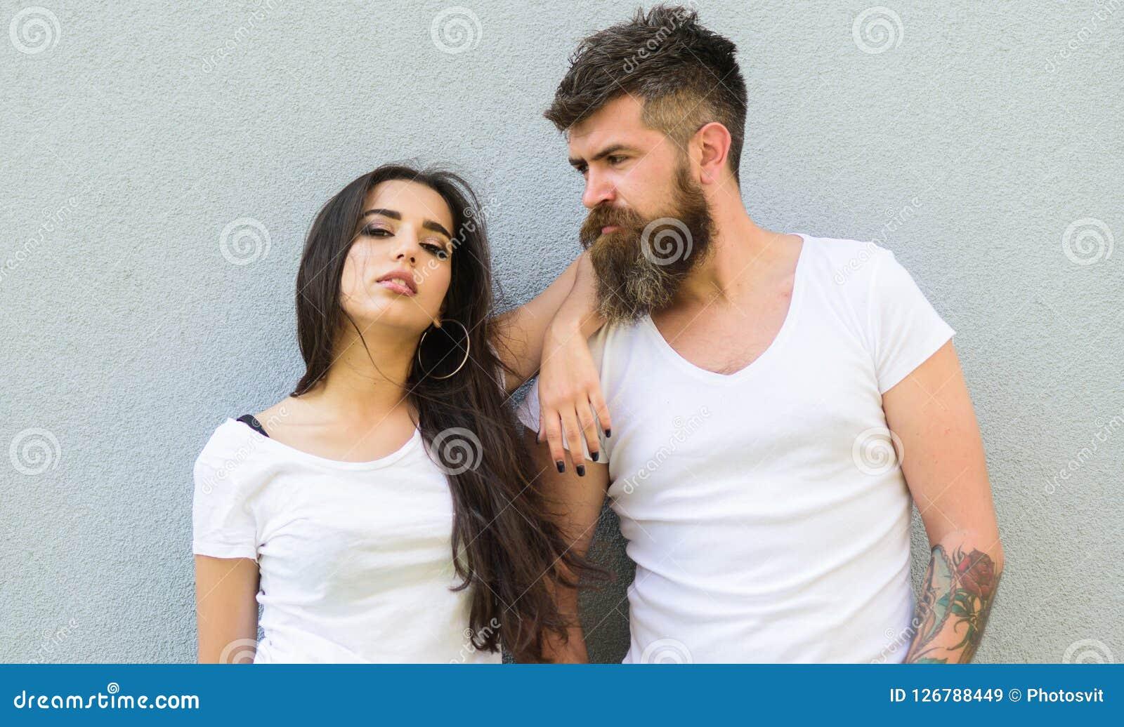 Czuje ich styl Par białe koszula cuddle each inny Modniś brodata i elegancka dziewczyna wiesza out miastową romantyczną datę