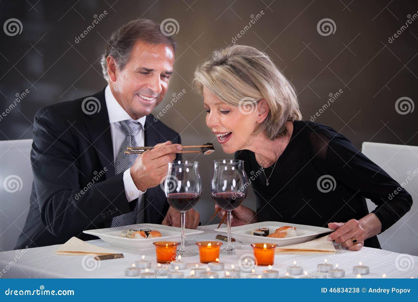 Czule para w restauraci