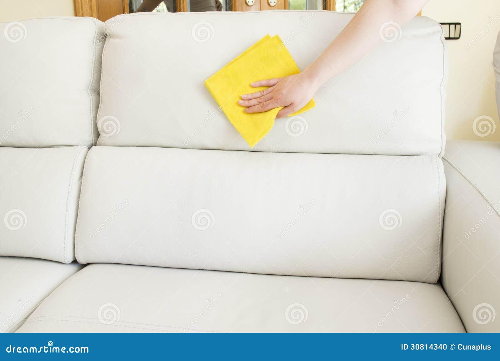 Czyścić beżową kanapę