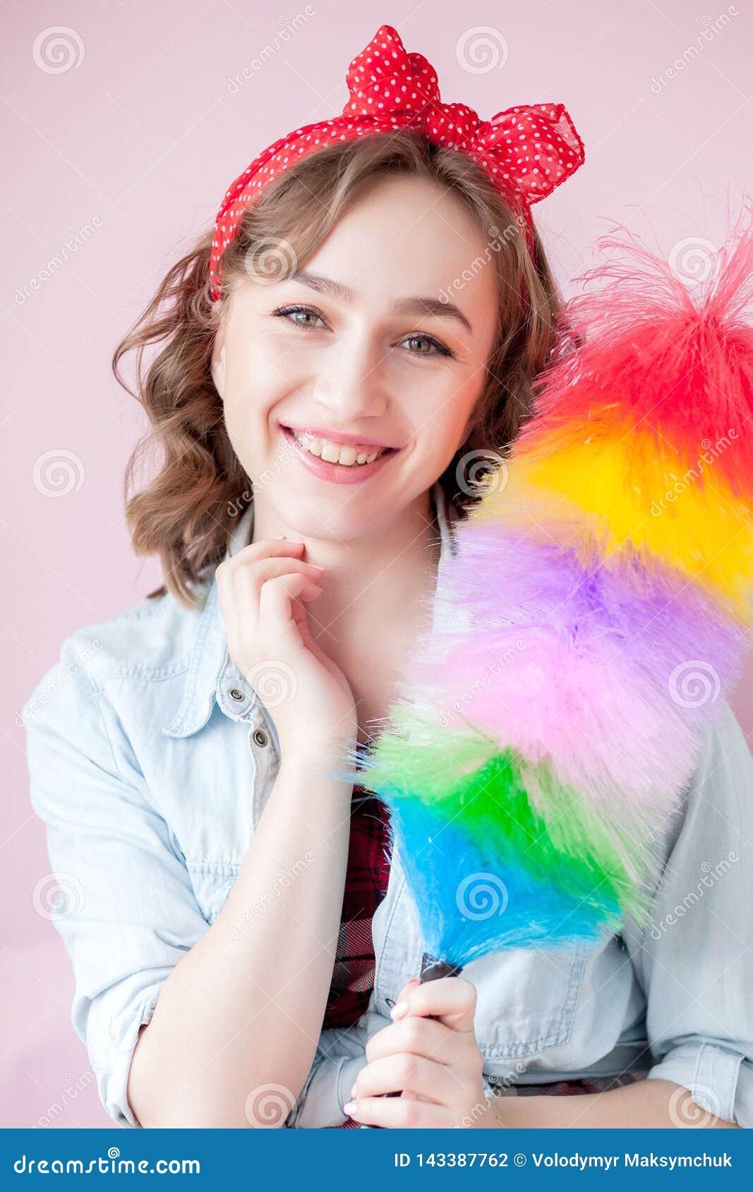 Czyścić wałkowy w górę kobiety Uśmiechnięta pinup dziewczyna trzyma kolorowego duster muśnięcie czyści usługa W górę dziewczyny c